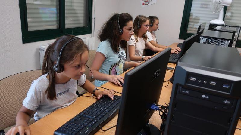 4 ados qui jouent à l'ordinateur