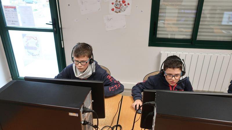 2 Jeunes sur des ordinateurs