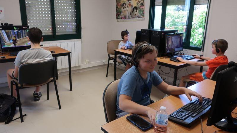 Jeunes sur des ordinateurs