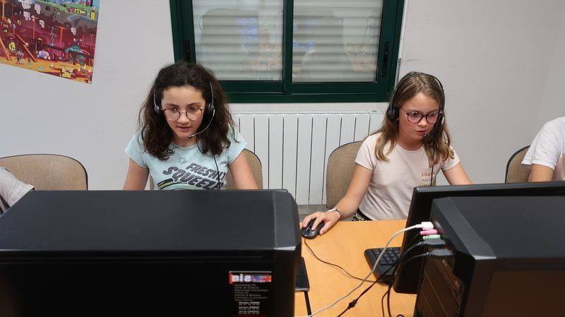 2 ados qui jouent à l'ordinateur