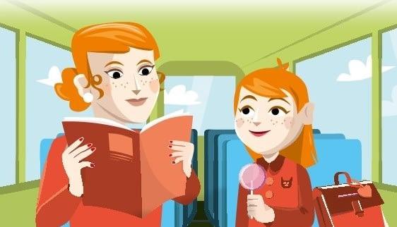femme lit à son enfant dans un bus